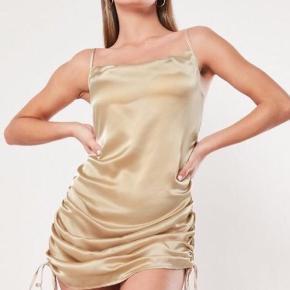Missguided champagne farvet satin kjole med smøre str 36. Aldrig brugt - ingen bytte