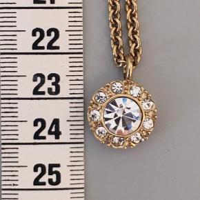 Varetype: Smykkesæt Størrelse: Se billede Farve: Guld  Smukt guldbelagt smykkesæt med fastslebne krystaller.
