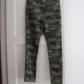 Nye bukser med lidt stræk i stoffet. Taljevidde ca 82 cm. Indvendig benlængde ca. 75 cm. Har normalhøj talje og smalle ben.
