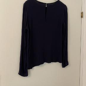 Mørkeblå bluse fra Envii. Den har en løs pasform. Sælges for 100 kr. og er fra ikke-ryger hjem.