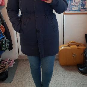 Super fin vinterjakke, sælges kun fordi jeg har fået en ny 😊 Den er 7 år gammel men super velholdt.. Den blå farve er dog falmet lidt, men det er ikke noget mærkbart 😊