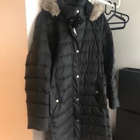 Hel ny jakke, har brugt 1 max 2 gange