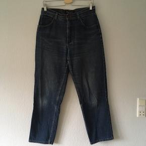 Rigtigt pæne Marc Lauge jeans, i straight leg, men dog lidt slidt mellem lårene (kan ses på billedet). Str. 42/XL, men passes af str. 38/M til 40/L