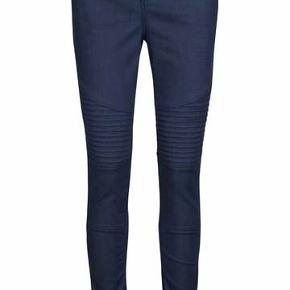 Skønne Mos Mosh jeans sælges. Style: Ozzy Pure Biker. Aldrig brugt og med mærke i. Str 29. Kan hentes i Charlottenlund eller sendes (køber betaler). Bud modtages gerne!