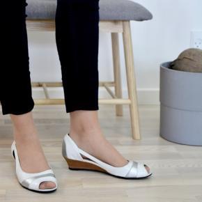 Smukke sko fra mærket vagabond i str. 39  Jeg bruger normalt str. 39 i sko, og disse passer mig perfekt.   Se billeder for detaljer. Der er altid fri fragt, hvilket vil sige at porto er indberegnet i prisen.💌