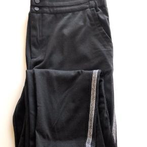 Fed buks sort med sølv stribe.