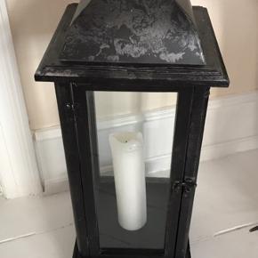Flot lanterne til enten indendørs eller udendørs brug. Mål: 74x26cm