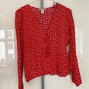 Fineste røde bluse med blomster fra H&M 🌹🌹 Str 40, men en lille en ville jeg sige - er selv cirka 178 høj og bruger normalt 36-38  Afhentes på Nørrebro eller sendes via TS på købers regning. Bytter ikke.