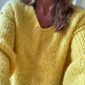 Skøn vamset sweaters i den flotteste gule farve. 40% polyacrylic, 36% alpaka og 14% merino uld. Stor i størrelsen, den hedder xs/s, men passer også en m og L. Sender med DAO.  Fra røg- og dyrefrit hjem.