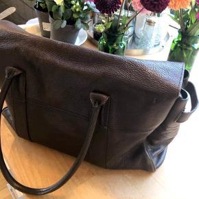 Sælger denne smukke mørkebrune Mulberry taske for min svigermor. Tasken er købt for 9 år siden og har patina, men er brugt med omhu. Tasken er altså intakt.  Pris: 3.500 kr Kvittering medfølger !   Skriv evt. for mere information - eller byd ☺️