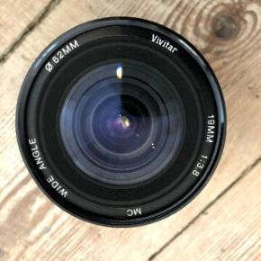 SONY NEX-7 Kamerahus  Velholdt, uden større slid og mærker. Har brugt beskytter til skærmen.  Alt fungere som det skal. Dejlig nemt og lille kamera, som ikke er alt for tungt. Sælges da jeg har for travlt til at få det brugt.  INKL. en masse tilbehør, så du er klar til en hver oplevelse.  Metz flash 52 AF-1 (Brugt få gange, nypris cirka 2.000)  Linse: Sony zoom linse (nypris cirka 4.000) Linse: Olympus telelinse inkl. uv-filter Linse: Vivitar vidvinkel inkl. uv-filter (Bewetar 62E) Linse: Sun makrolinse (linseskade), (har ikke taget værdi for denne)  Rygtaske Lowepro flipside 200 Bæretaske Lowepro adventura tlz 30 ll  Skulderrem Sun-sniper  Hama mini Tripod (NY)  Batterioplader original Sony  Spørg endelig for flere billeder eller detaljer...