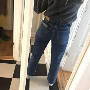 """Won hundred jeans i stylen """"Pearl"""" og farven """"Stone Blue"""" i str. 27/30. Aldrig brugt men mærker er revet af. 100% bomuld, så giver sig max en halv størrelse."""