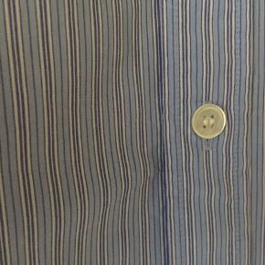 Stribet skjorte i str 46, herre str. Brugt få gange og er i perfekt stand. Jeg har selv brugt den og bruger str 38 i dame str. Pris 100,- pp Bytter ikke.