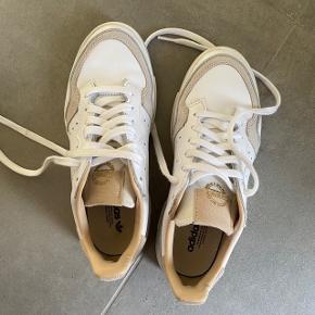 Adidas supercourt sneakers i str. 38 2/3  De er brugt 1 gang, men er desværre for små...