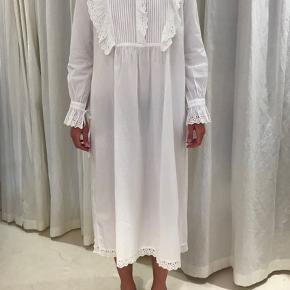 Helt ny Daisy shirt dress fra Skall Studio. Byttes kun til str. S eller sælges til det rette bud. Aldrig brugt og stadig med mærke.