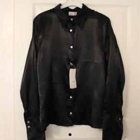 Skjorte fra InWear Aldrig brugt - stadig med prisskilt på Nypris 700kr Se også mine andre annoncer 😊