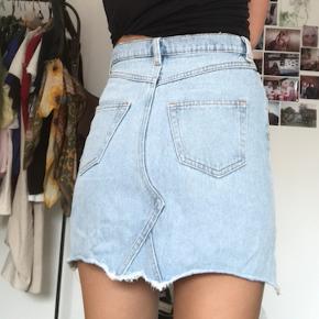 Denim nederdel i lyseblå fra Monki.  Brugt men i god stand.