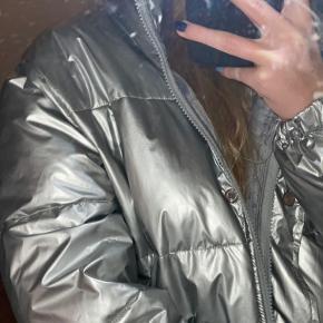 Fantastisk og dejlig varm sølv dun jakke.