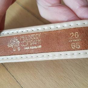 Brunt Mulberry bælte, ældre model. Str 65. Kan bæres af en 60-70 cm i taljen cirka. Taljebælte taljen læder læderbælte mulberry company   - Velkommen til min shop 🌺 - Sender gerne med Dao (cirka 37-40 kr) 🌸 -  Kan også afhentes gratis på Nørrebro 🏵 - Mængderabat gives også 🌷 - sætter løbende annoncer op, så følg gerne min side  💐 - Tager  ikke retur 🌹  Tags :  brown light lightbrown læder læderbælte læderbælter leahter leahterbelt vintage Old model  belt bælter belts  talje taljen taljer taljebælte Waits waistbelt high waisted highwaiste vintage