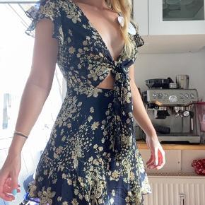 Jeg sælger denne fine kjole fra Princess Polly - den er aldrig brugt og har stadig prismærke :)   Det er forresten ikke en Oh Polly kjole, men kunne ikke vælge andet!