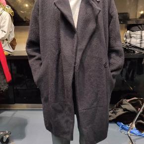 Maje Frakke, God, men brugt. Østerbro - Uldfrakke fra Maje, varm og i fin stand!. Maje Frakke, Østerbro. God, men brugt, Brugt en periode og har derfor mindre tegn på brug