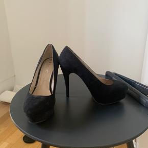 Skønne pumps fra Bianco. Har lidt slid på sålen inde i skoen, men ser helt nye ud på ydersiden. Har plateau, så de er behagelige at gå i og en hæl på 12 cm. 💫