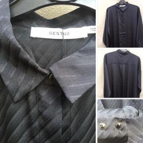 Smuk skjorte fra Gestuz , halv lang, fineste knapper. Perfekt til en tur i byen sammen med en flot buks/ evt et par skindleggings