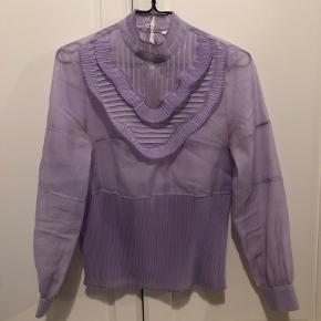 Smuk transparent lyslilla bluse fra H&M med høj hals 🌸   Str. 34 (fitter også str. 36)