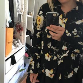 Sort skjorte med gult blomsterprint fra forever 21