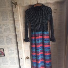 Lang strikkjole med striber og glitter.  Er ret varm og passer til efterår/vinter. Sidder utrolig smukt ikke stramt men heller ikke helt løst