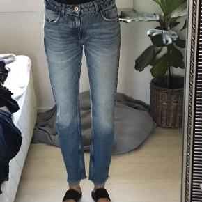 Næsten ikke brugte jeans fra zara.  Køber betaler fragt, skriv for flere billeder 🌸