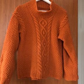 Hjemmestrikket sweater med samme mønster for og bag. Strikket i ren uld. Størrelsen er nok S - lille M.
