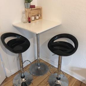 Barbord sælges da jeg snart skal flytte og ikke kan have det med.   Mål: 1 meter højt Bordplade 60x60cm  Pris inklusiv BEGGE stole: 800kr
