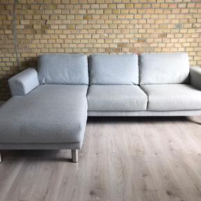 Fin 3-personers Stamford sofa fra Hjort Knudsen. Sofaen er med venstre-vendt chaiselong, og i stoffet Ocean og i farven lysegrå. Sofaen måler B: 250 cm, D/L: 165 cm, H: 85 cm. Sofaen er 1,5 år gammel og har stået i et dyre- og røgfrit hjem. Sofaen har ingen synlige mærker eller tegn på slid, og sælges kun pga flytning. Nypris ca 8000 kr.