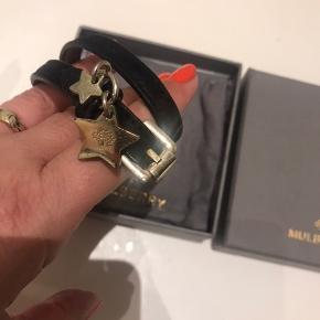 """Lækker armbånd med """" guld """" vedhæng .  Længde 39 cm og 1 cm bred  Følger i org æske mm ( se billede )   Ny pris ca 1500 kr"""