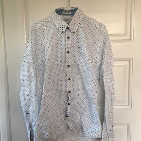 Skjorte fra Lindbergh. Brugt meget få gange, som ny. Nypris: 350kr