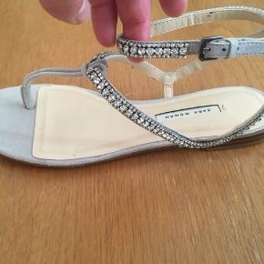 Super smukke og elegante  lysegrå sandaler str. 37 sælges. De er købt til min datter, men da hun aldrig har fået dem brugt, har jeg beslutter mig for at sælge den. Se også mine andre spændende annoncer., da jeg bl.a. sælger ud af klædeskabet. Jeg sender også gerne ved betaling med MobilePay. Porto GLS 35kr.☀️🌸☀️ I uge 42 er portoen gratis ved køb via TS☀️
