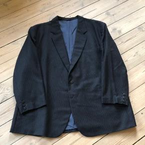 Mærke Mantex Mørkeblåt Brugt, men i god stand. Der er et lille hul bag på jakken, se billede  Mål bukser Indvendig benlængde: 72cm Omkreds: 106cm  Mål jakke Ærme: 61cm Længde: 82cm Omkreds: 142cm  Jeg sender gerne, køber betaler porto. Kan også afhentes på Frederiksberg.