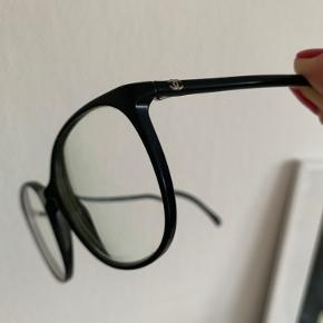 Det fineste brillestel fra Chanel. Smukt, tyndt og stilrigt. Jeg bruger kontaktlinser hver dag, så de er brugt meget minimalt. Styrken i glasset er -2.75 på begge øjne, men de kan skiftes til din egen styrke. Stellet har en nypris på 3.500 kr.