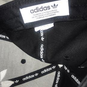 Helt ny Adidas kasket. Brugt en gang. :-) justerbar.