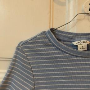 Sælger denne Monki t-shirt!💙 Sælges billigt, så kom med et bud!💕