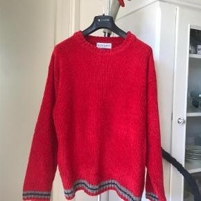 Varetype: Sweatshirt Farve: Rød  Fantastisk vintage-YSL  Super lækker rød farve og lige så lækker og behagelig at gå med!   Rydder ud og derfor forsøger jeg at sælge den.