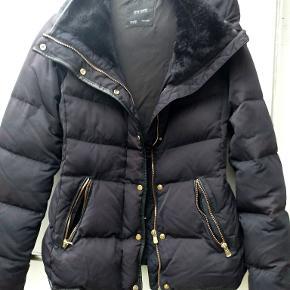flot jakke med dun. jakken er syet ved ærmet. dog uden betydning