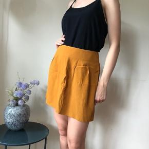 Flot karrygul nederdel med lynlås bagpå. Aldrig brugt 🌸