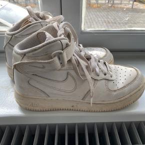 Nike - Air Force 1 High  Gået lidt med men ellers i fin stand, kan godt bruge en våd klud til lige at rense dem.