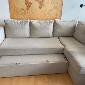 IKEA sovesofa. Beige. Bredde 151 cm, længde 230 cm og højde ca. 46 cm. Sengens længde 200 cm, bredde udslået 140 cm. Der er et lille hul i sofaen, se billede. Der skal beregnes lidt tid til at skrue skruer ud for at bære sofaens dele ud. Den kan afhentes fra søn 22/9.