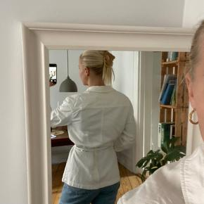 Hvid jakke fra H&M. God men brugt. Kan afhentes på Nørrebro, men sender også gerne. Køber betaler fragt. Kan ikke huske nypris, men tror det var omkring 300kr. Byd gerne 🤍🤍
