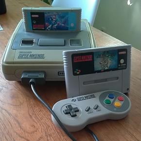 Sælger denne SNES super nintendo med de 2 fantastiske og sjældne spil:Mega man X Super mario world  Alle kabler er med og et joystick som kan ses på billedet :).   Mvh