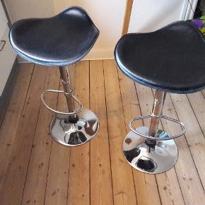 2 Barstole med hæve/sænke funktion. Max højde: 80cm Minimum højde: 55 cm