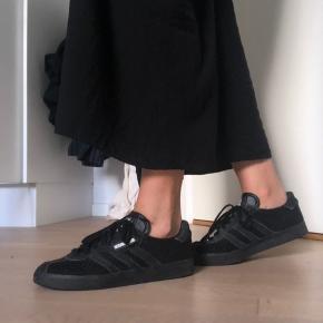 Sælger disse Adidas sneakers - brugt meget få gange Blev købt for 1.500kr, men kan købes for 1.400kr online  BYD